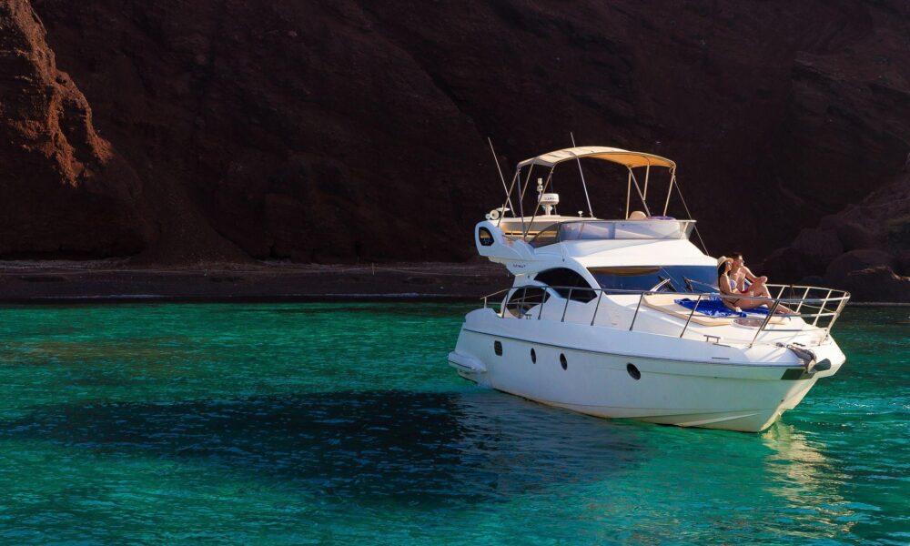 Private boar tour in Santorini by Spiridakos Sailing